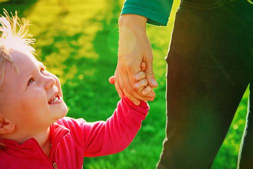 작은 딸의 육아 개념 어머니 지주 손 가족에 대한 스톡 사진 및 기타 이미지