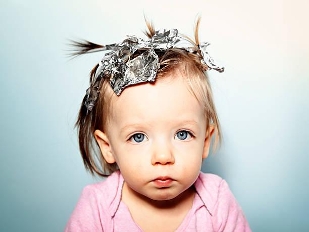 parenting ethik. baby mit haar folien - folien highlights stock-fotos und bilder
