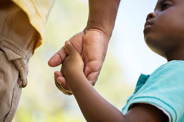 education des enfants - se tenir par la main photos et images de collection