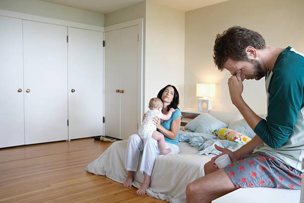 eltern und baby mädchen (9-12 monate) im schlafzimmer, mann - mutterkleiderschrank stock-fotos und bilder