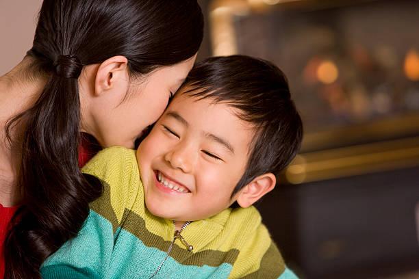 Los padres y niños frente de chimenea - foto de stock