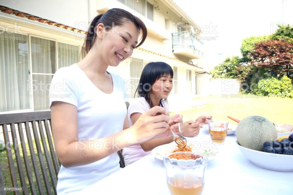 父母和孩子們在外面吃 免版稅 stock photo