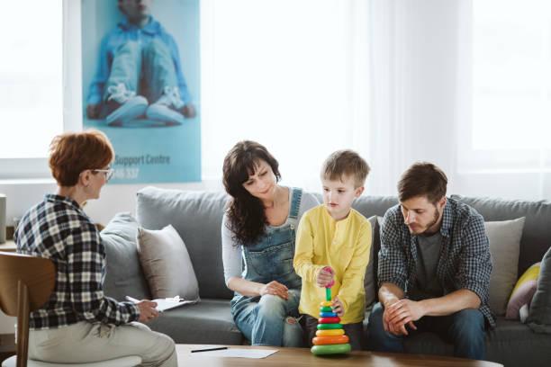 Eltern und Therapeuten sitzen auf der Couch während eines Treffens über ihr Kind – Foto