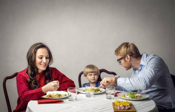 föräldrar äter med sin son - bordsskick bildbanksfoton och bilder