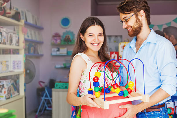 parents buying baby toy – Foto