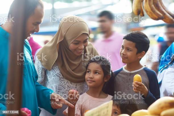 Föräldrar Att Köpa Frukter Med Barn På Marknaden-foton och fler bilder på 10-11 år