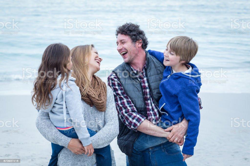 Parents bénéficiant avec enfants en mer rive photo libre de droits