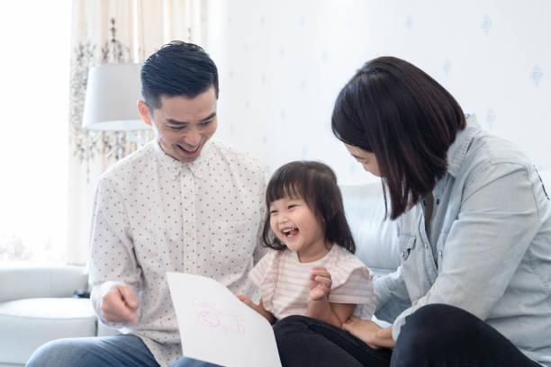 Eltern helfen Kindern mit Hausaufgaben – Foto