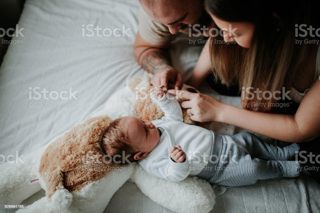 Padres del hospital con el bebé recién nacido - foto de stock