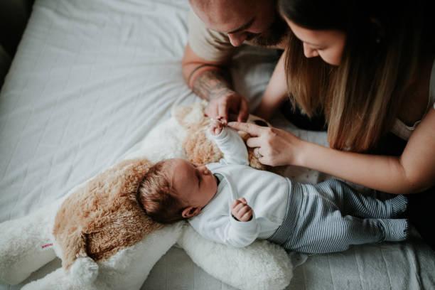 pais em casa do hospital com o bebê recém-nascido - novo bebê - fotografias e filmes do acervo