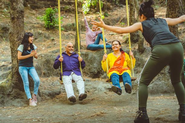 Eltern von jungen Frauen schwingen in ihren Sommerferien. – Foto