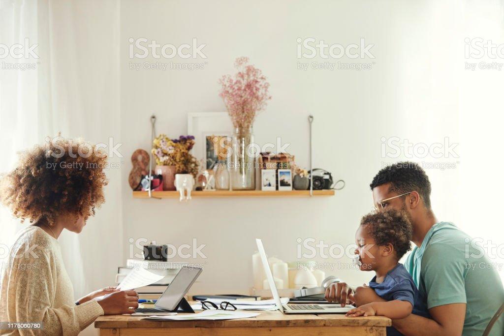 男の子と一緒に座っている間、コンピュータを使用する親 - 30-34歳のロイヤリティフリーストックフォト