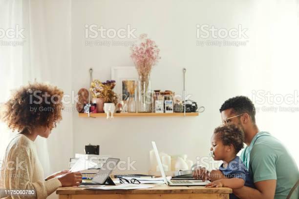 男の子と一緒に座っている間コンピュータを使用する親 - 30-34歳のストックフォトや画像を多数ご用意