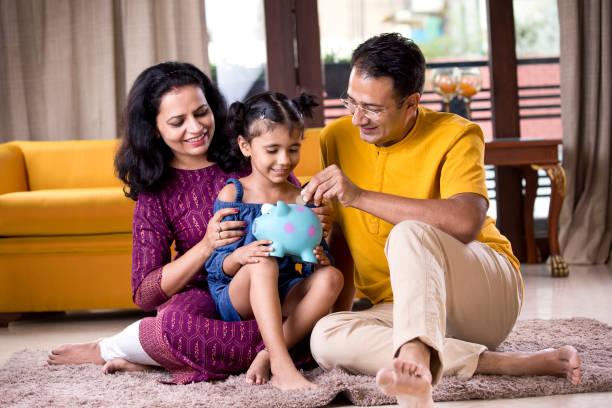 Eltern mit Kind sparen Geld im Sparschwein – Foto