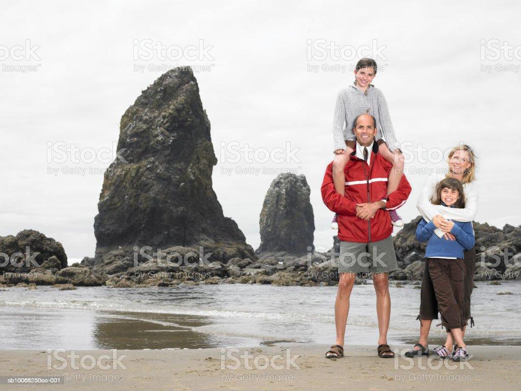 Parents avec enfants (de 8 à 13) sur la plage photo libre de droits