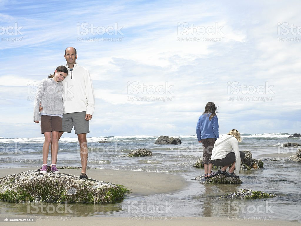 Parents with children (8-13) on beech royalty free stockfoto