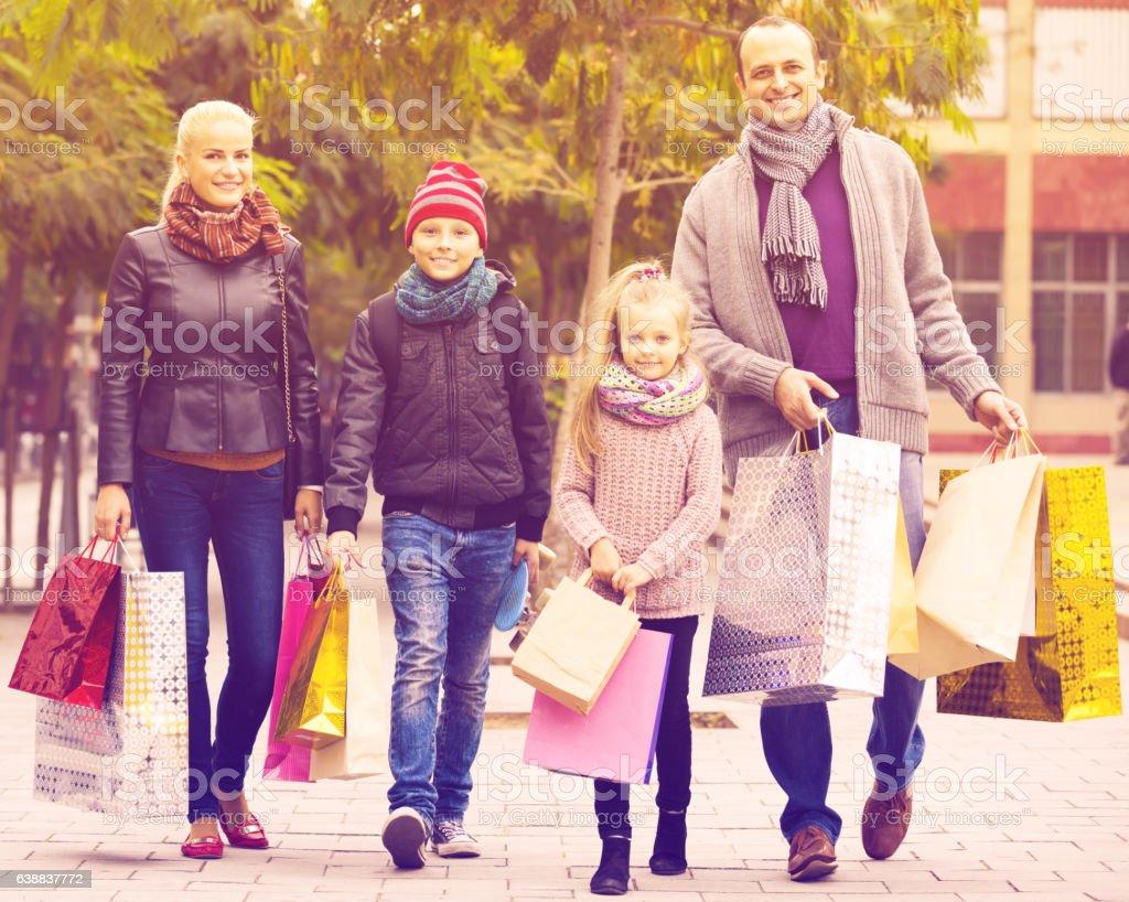 Pais com filhos shopping na cidade - foto de acervo