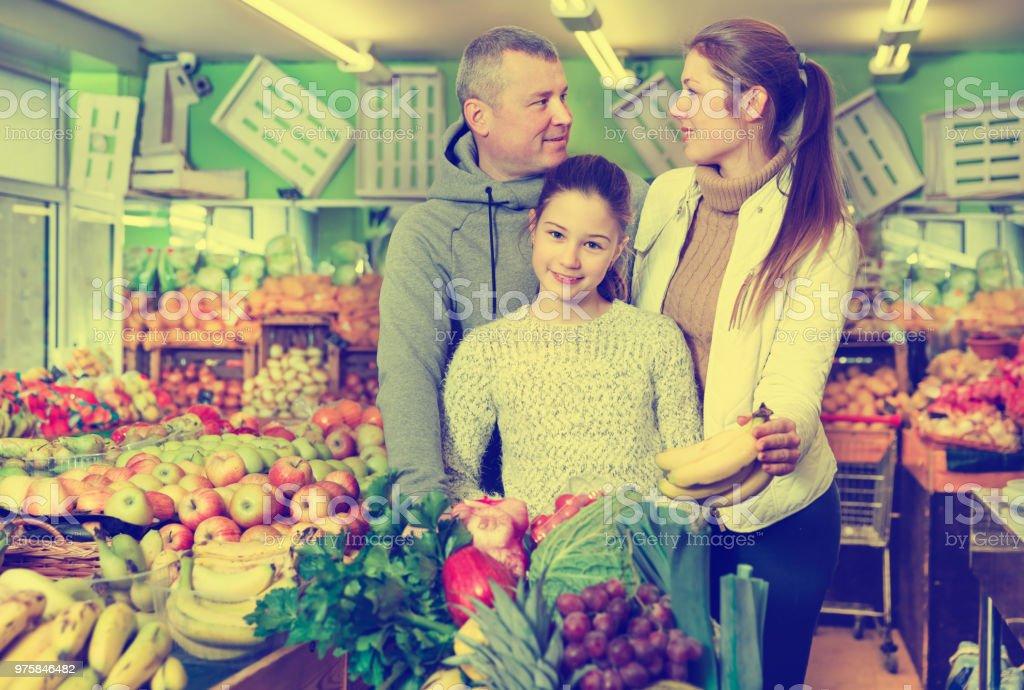 Eltern mit Tochter Wahl süße Bananen im Obstmarkt - Lizenzfrei Aussuchen Stock-Foto