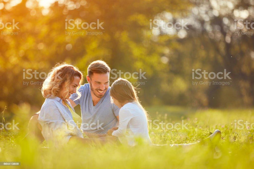 Eltern mit Mädchen im grünen park – Foto