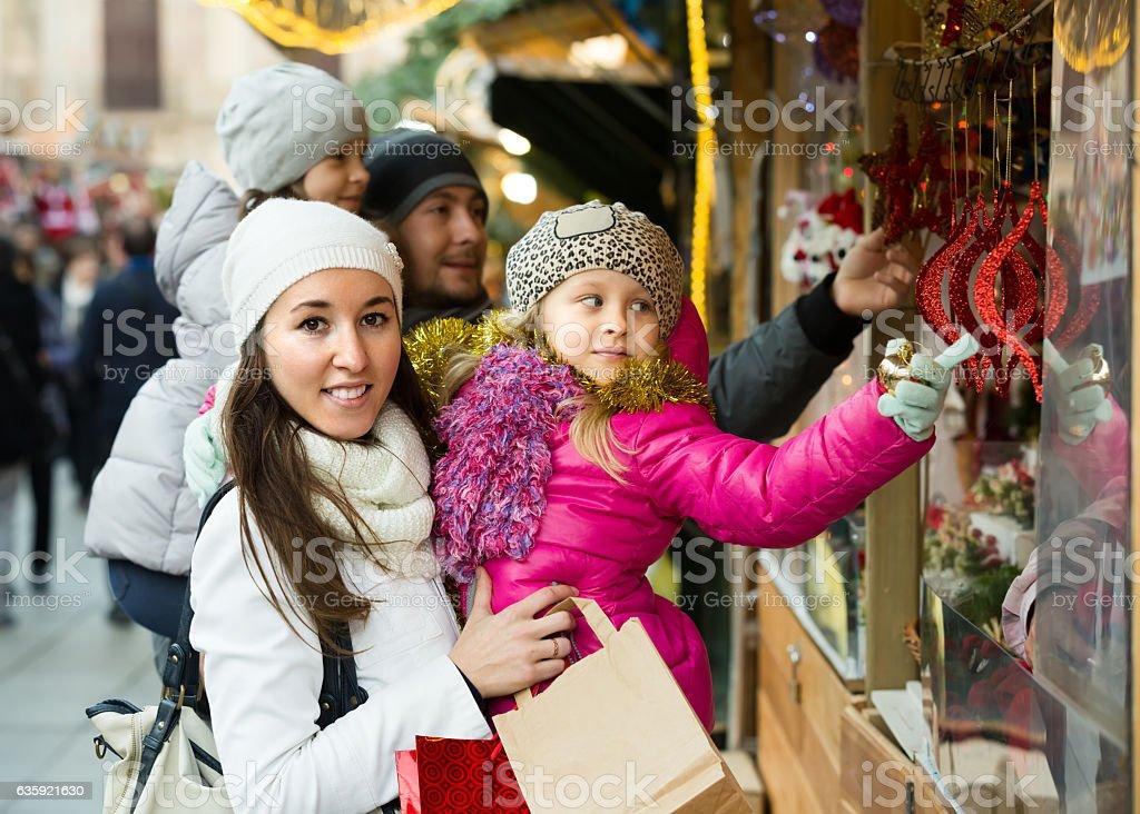 Pais com crianças em X-mas mercado - foto de acervo