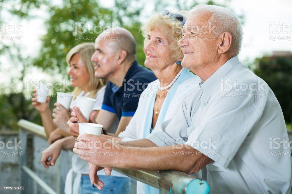 pais com filhos mais velhos bebem chá no jardim - Foto de stock de Adulto royalty-free