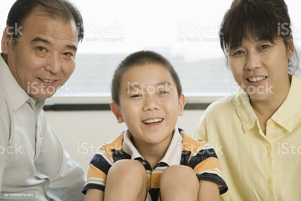 Parents with son (8-9), smiling, portrait royalty-free 스톡 사진