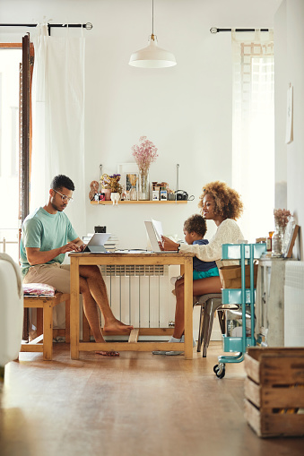 Parents Working While Sitting With Son At Home - Fotografie stock e altre immagini di 2-3 anni