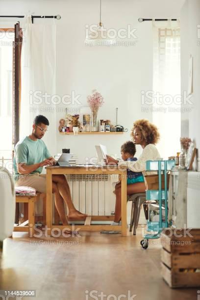 Eltern Arbeiten Im Sitzen Mit Sohn Zu Hause Stockfoto und mehr Bilder von 2-3 Jahre