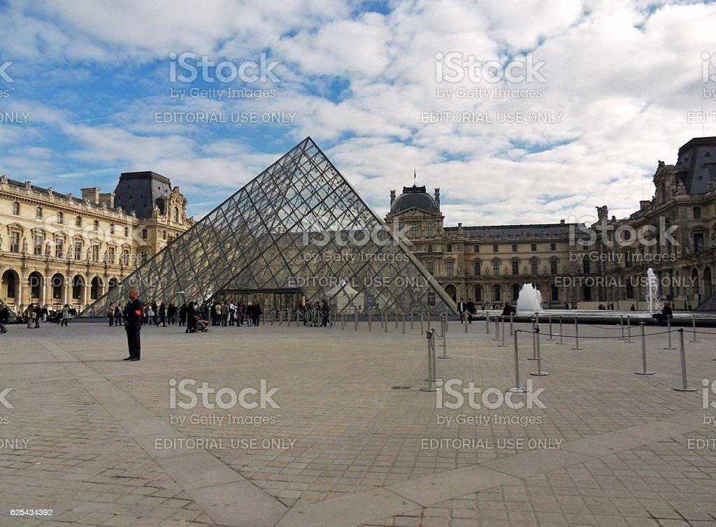 Parigi - Piramide del Louvre stock photo