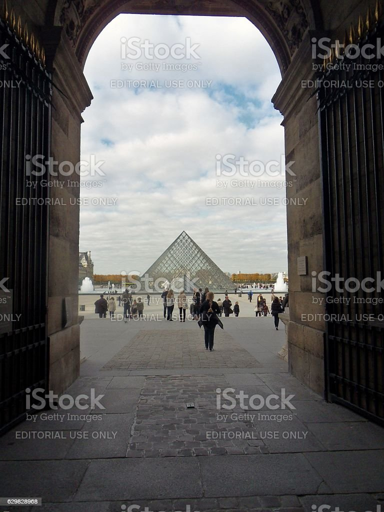 Parigi - Scorcio della Piramide dal Palazzo del Louvre stock photo