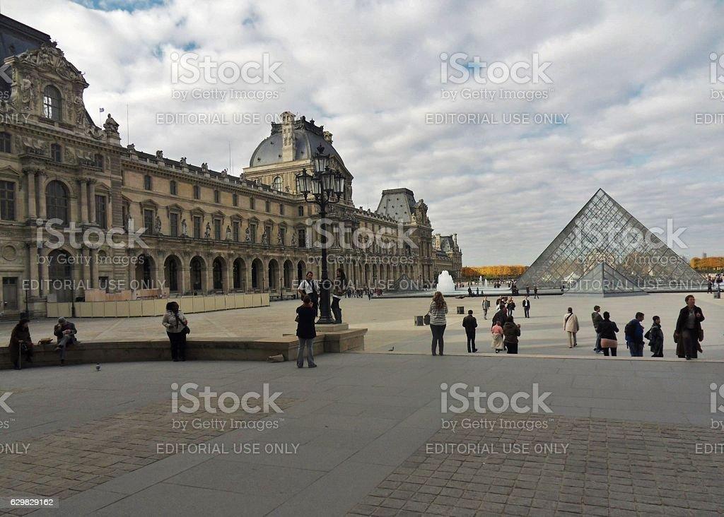 Parigi - Scorcio della Piramide e del Palazzo del Louvre stock photo