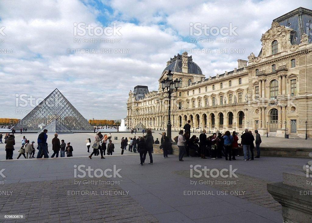 Parigi - Scorcio delle Piramidi e del Palazzo del Louvre stock photo