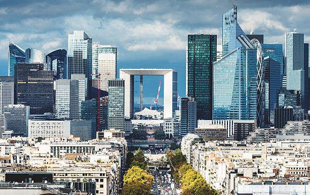 parigi veduta aerea di la defense - quartiere finanziario foto e immagini stock