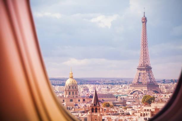 Paris und Eiffelturm Blick aus dem Flugzeugfenster – Foto