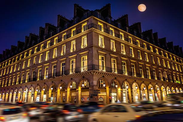 Paris bei Nacht und die berühmten Rivoli Boulevard – Foto
