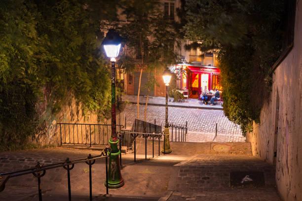 paris på natten: den branta trappan i montmartre (paris, frankrike) - montmatre utsikt bildbanksfoton och bilder
