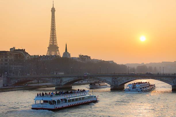 paris, cityscape with eiffel tower - rondvaartboot stockfoto's en -beelden
