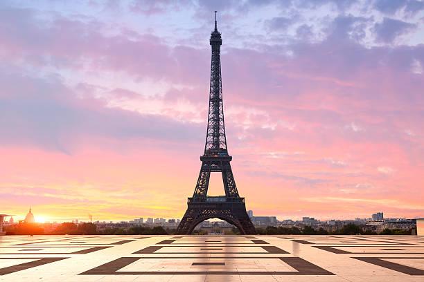 Paris, Eiffelturm im Sonnenaufgang – Foto