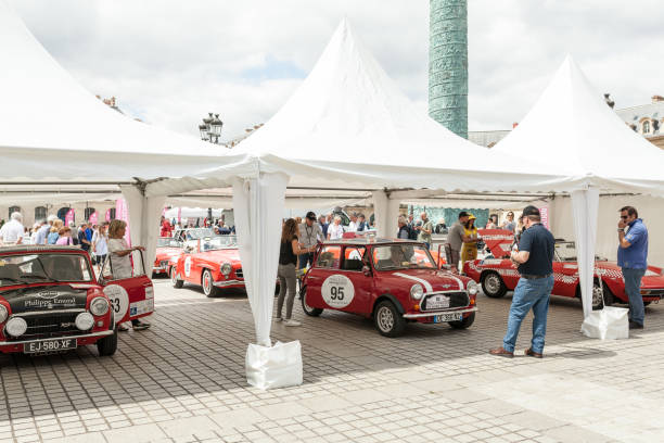 paris frankreich 2. juni 2018 ausstellung klassische schrauben autos auf der straße von paris - oldtimer veranstaltungen stock-fotos und bilder