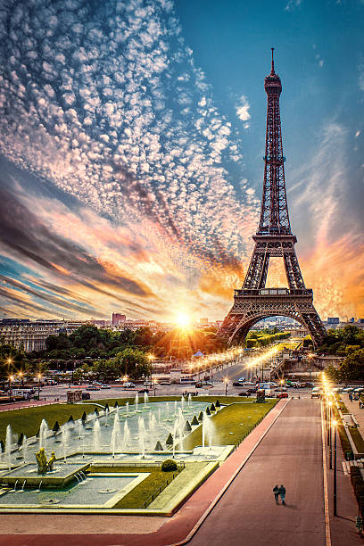 paris, france - sunset by eiffel tower - eiffelturm stock-fotos und bilder