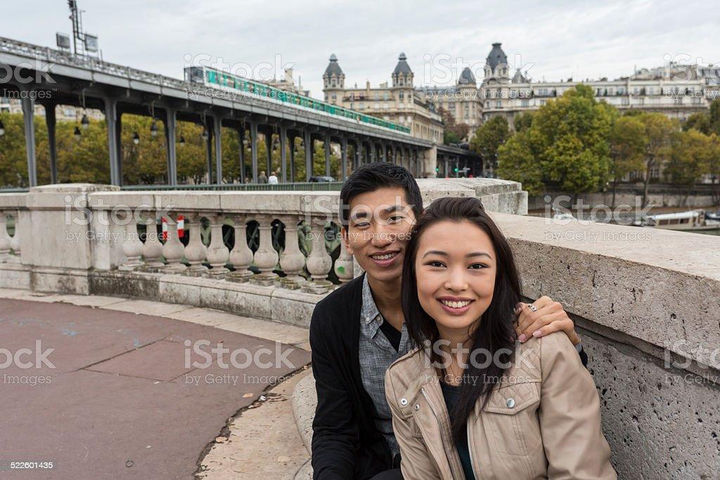 Métro parisien passe par un jeune romantique Couple asiatique - Photo