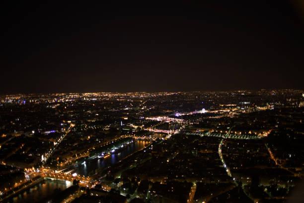 Paris. Vue nocturne de la Tour Eiffel. - Photo