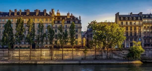 Paris, nas margens do Rio Sena - foto de acervo
