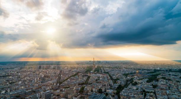 Paris-Panorma mit Gott Strahlen im Hintergrund – Foto