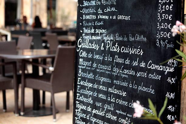 paris restaurant mit speisekarte - mittagspause schild stock-fotos und bilder