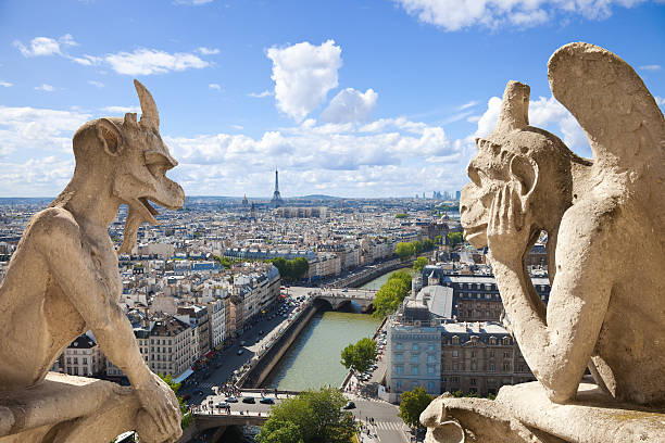 skyline von paris, umgeben von zwei erkennt man of notre dame - kathedrale von notre dame stock-fotos und bilder