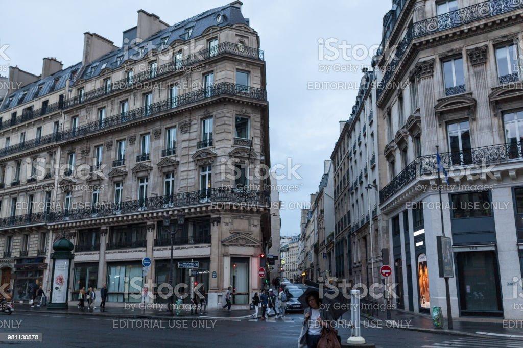 París, Francia - 01 de junio de 2018. Vista de la calle París con fachadas tradicionales francesa bajo el sol de la tarde de verano de los rayos. Avenida parisina por puesta del sol. - foto de stock
