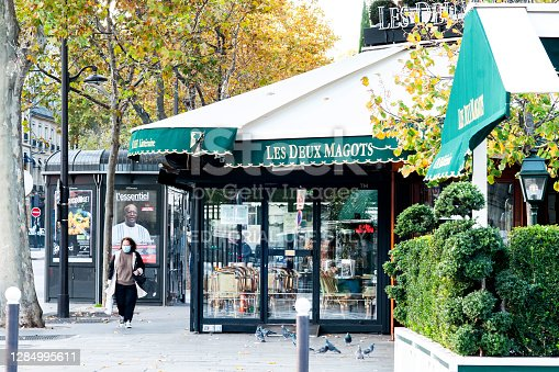 Paris : Usually busy and very touristic, the café Les Deux Magots is closed during second wave and second coronavirus lockdown in autumn 2020. Boulevard Saint Germain in Paris, France. November 9, 2020.