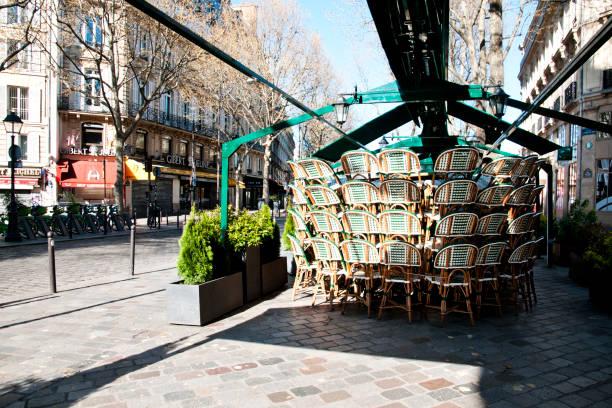 parijs : meestal druk, terras is netjes en straten zijn leeg tijdens pandemie covid 19 in europa. - avondklok stockfoto's en -beelden