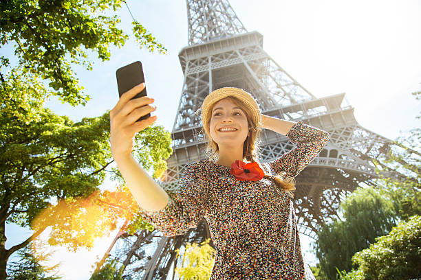 paris, frau fotohandy - städtetrip stock-fotos und bilder